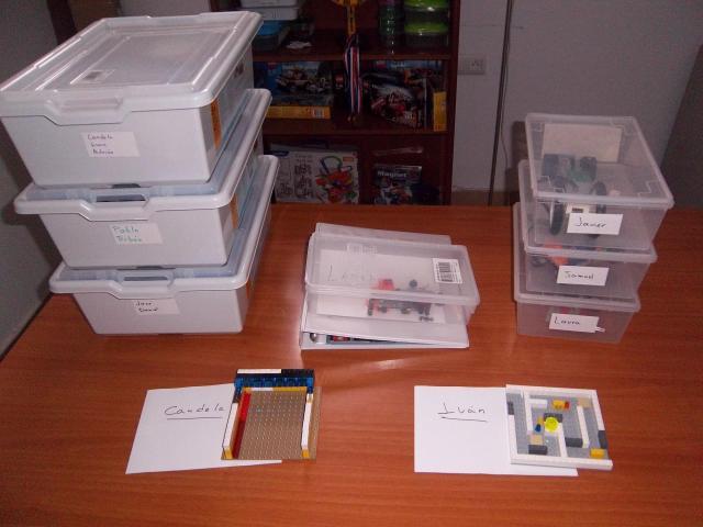 Mesa con las cajas y construcciones parciales e inconclusas
